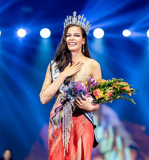 Đêm chung kết Miss Universe Thailand 2019 diễn ra tối 29/6 (giờ địa phương) vừa khép lại. Người đẹp Paweensuda Drouin xuất sắc đăng quang sau hơn một tháng tranh tài.Cô gái26 tuổi trở thành đại diện Thái Lan tại Miss Universe 2019. Chiến thắng của Drouin không làm quá nhiều người bất ngờ bởi trong suốt quá trình diễn ra cuộc thi, côluôn được các chuyên trang sắc đẹp xứ chùa Vàng đánh giá cao. Ngoài vương miện, Tân hoa hậu giành được hai giải thưởng phụ là Perfect Pose và Best Swimsuit.