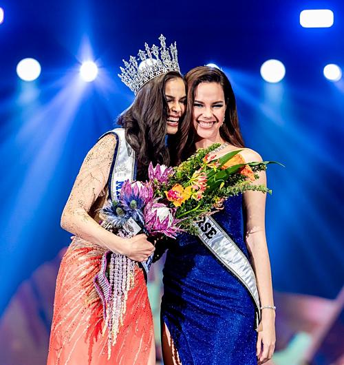 Drouin nhận vương miện từ Miss Universe 2018 - Catriona Gray. Trước khi trở thành Hoa hậu Hoàn vũ Thái Lan, cô gái trẻ từng tham gia chính cuộc thi này hai năm trước và cán đích ở vị trí Á hậu 2. Trong đêm chung kết, những bước catwalk tự tin, thần thái tràn đầy năng lượng giúp cô ghi điểm với ban giám khảo. Việc trả lời ứng xử lưu loát bằng tiếng Anh với lí lẽ sắc sảo, sự am tường kiến thức cùng phong thái tự tin là yếu tố quyết định đưa người đẹp sinh năm 1993 đến ngôi vị cô từng bỏ lỡ hai năm trước.