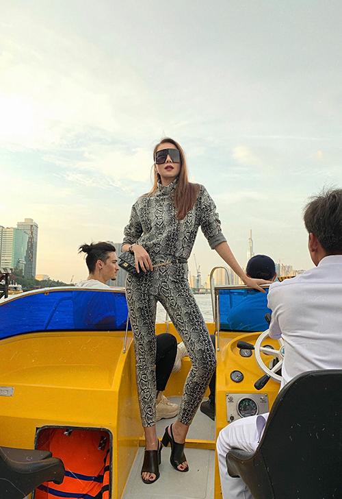 Thanh Hằng tạo dáng khoe chân dài khi đi thuyền trên sông.