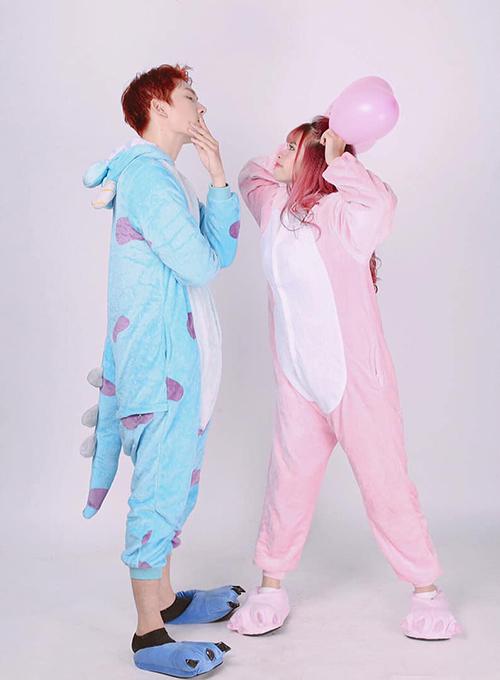 Vợ chồng Khởi My - Kelvin Khánh mặc đồ thú bông tạo dáng nhí nhảnh.