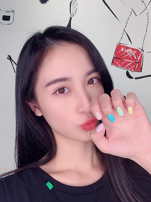 Jun Vũ pose hình xì tin.