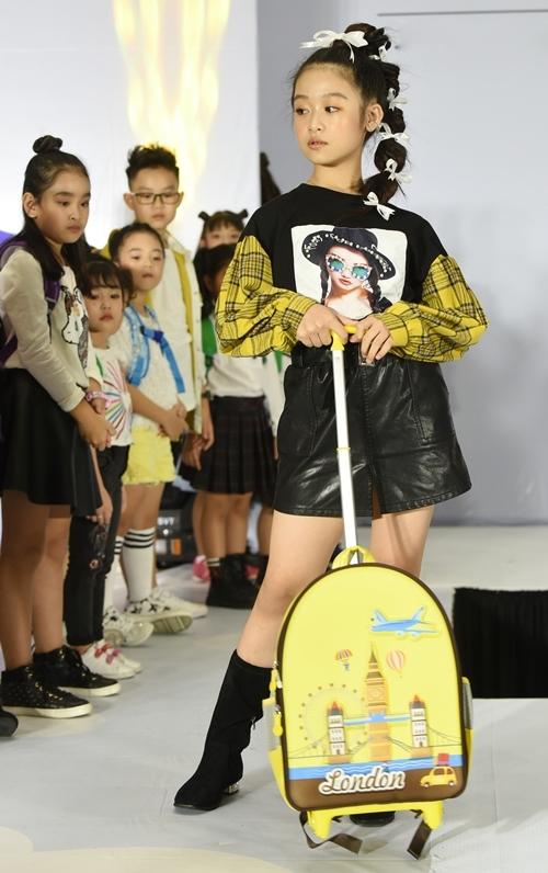 Cuối tuần qua, bé Bảo Ngọc xuất hiện tại chung kết một cuộc thi thời trang dành cho các mẫu nhí ở TP HCM. Nổi tiếng từ bé với phong thái tự tin, gương mặt đẹp nên Bảo Ngọc được chọn xuất hiện kết show và thị phạm cho thí sinh.