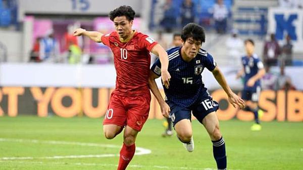 Công Phượng thi đấu trước cầu thủ Nhật Bản tại Asian Cup 2019.