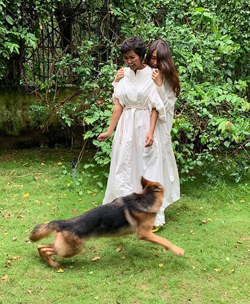 HHen Niê chia sẻ khoảnh khắc hài hước khi cô và Lệ Hằng phải nép vào một góc vì sợ... chú chó.
