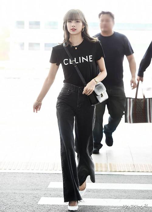 Từ thành viên có trang phục ít được đầu tư trong Black Pink, Lisa ngày càng chứng minh là tay chơi hàng hiệu. Cô nàng thường xuyên xuất hiện với những set đồ không cầu kỳ nhưng có mức giá tiền tỷ.