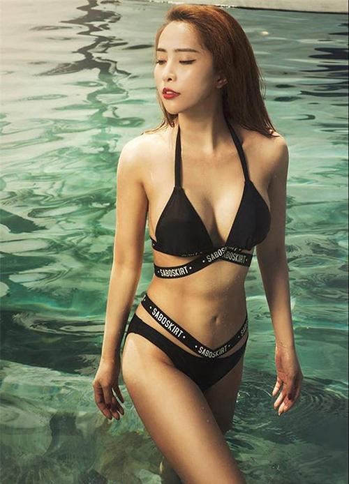 Ở đời thường, Quỳnh Nga theo đuổi phong cách gợi cảm. Cô có vóc dáng sexy nhờ là tín đồ của bộ môn yoga.