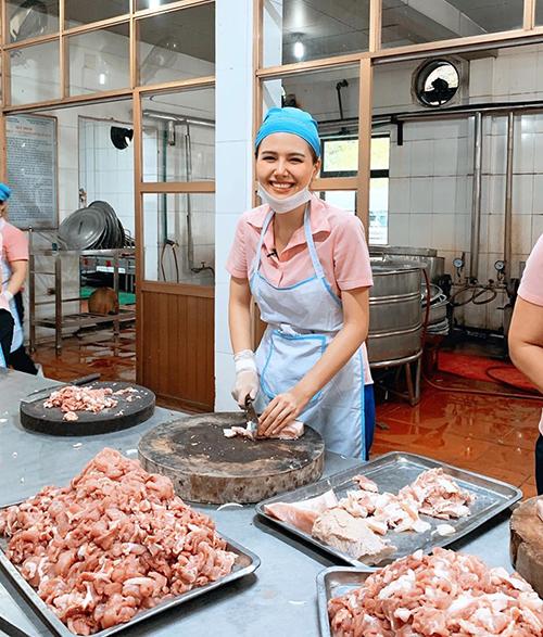 Phanh Lee gây tò mò khi hóa thành cô công nhân đi thái thịt lợn.
