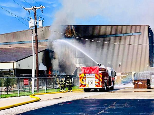 Khu nhà chứa máy bay cũng bị ảnh hưởng bởi vụ cháy.