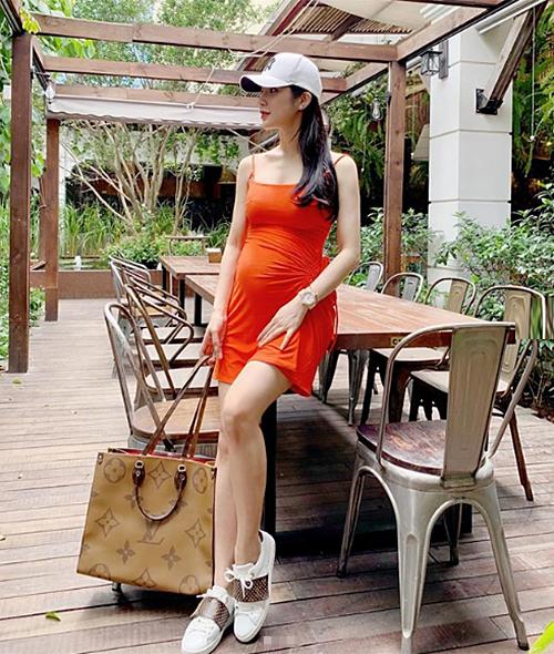 Những món đồ được Diệp Lâm Anh sử dụng đều là hàng hiệu đắt đỏ. Người đẹp chú trọng giữ gìn nhan sắc để tránh bị xuề xòa trong thời gian này.