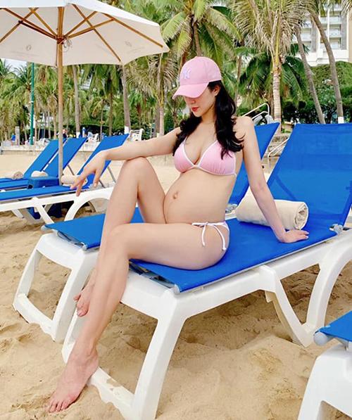 Mang thai lần hai khi vừa sinh con đầu lòng được 3tháng, Diệp Lâm Anh vẫn giữ được thân hình gọn gàng, quyến rũ, không bị tăng cân quá nhiều.