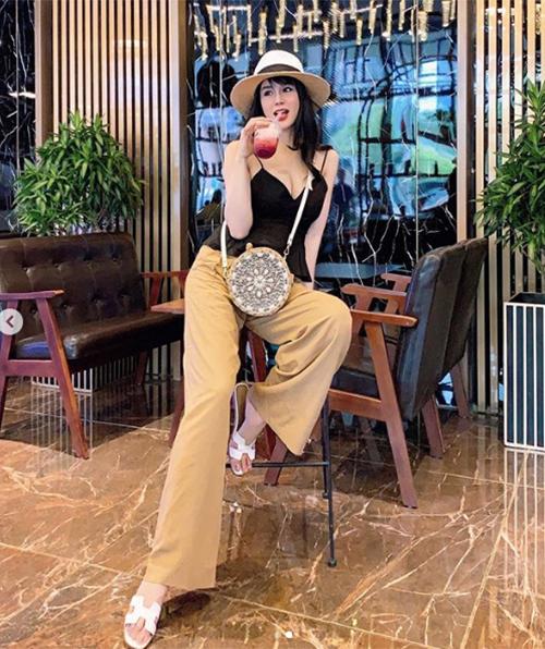 Chứng minh là yêu nữ hàng hiệu của Vbiz, thời trang xuống phố của nữ ca sĩ trong thời gian mang bầurất sành điệu.