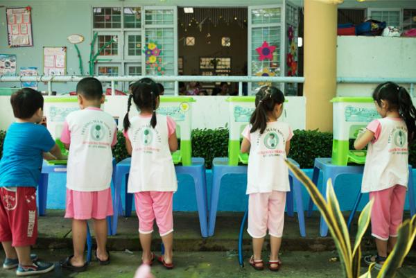 Những bài học rửa tay sạch trước khi ăn uống và sau khi đi vệ sinh chưa bao giờ thiếu ở các trường mầm non, tiểu học, nhưng không phải trẻ em nào cũng ý thức được tầm quan trọng và tập cho mình thói quen tốt là làm sạch đôi tay. Đây cũng là mối lo ngại của nhiều bậc phụ huynh, bởi việc không thường xuyên rửa tay dễ khiến trẻ tăng nguy cơ mắc bệnh tiêu chảy và tay chân miệng.  Mới đây, các bà mẹ bỉm sữa showbiz là Hoa hậu Hương Giang, MC Huyền Ny, MC Diệp Chi cũng bày tỏ mối quan tâm, đồng thời chia sẻ về kinh nghiệm giáo dục con cái trong việc vệ sinh tay sạch sẽ.