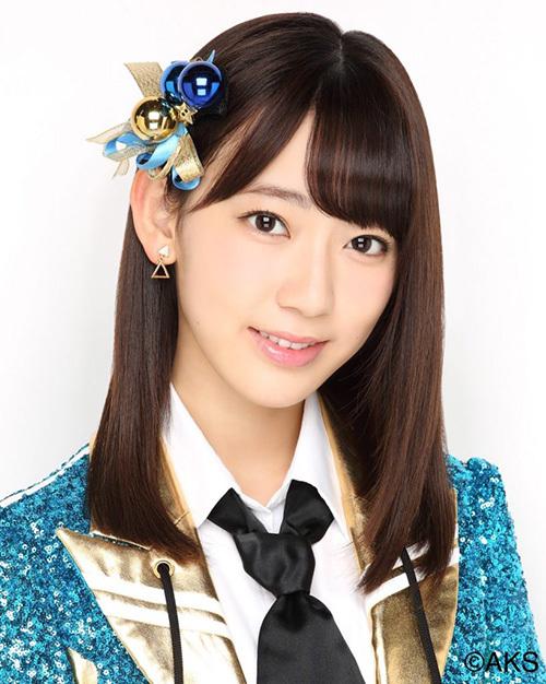 Trước khi tham gia vào show sống còn Produce 48, Miyawaki Sakura là idol nổi tiếng của Nhật Bản. Cô nàng là center của nhóm HKT48. Sakura gia nhập làng giải trí khi mới 13 tuổi, còn là một cô nhóc đen nhẻm, gầy gò. Càng lớn, nữ idol càng xinh xắn, sở hữu đôi mắt to tròn.