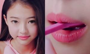'Mẫu nhí đẹp nhất thế giới' bị chỉ trích quay quảng cáo có hình ảnh 'gợi dục'