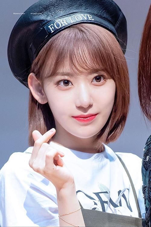 Sakura nhìn như một idol sinh ra ở Hàn Quốc với kiểu tóc mái lưa thưa, son tint ngọt ngào và làn da trắng sáng.