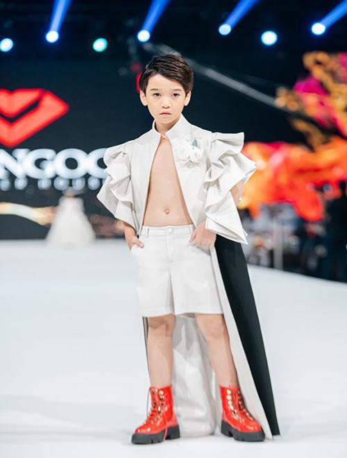 Người mẫu nhí Cao Hữu Nhật được NTK Đắc Ngọc chọn lựa làm vedette cho bộ sưu tập.
