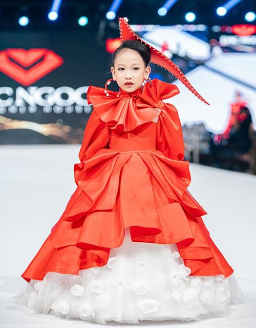 Đến với sàn diễn đỉnh cao nước bạn, đại diện duy nhất của Việt Nam mang đến bộ sưu tập