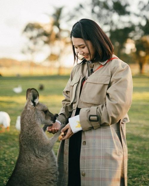 Jung Eun Ji có khoảnh khắc đáng yêu bên chú chuột túi khi ở Australia.