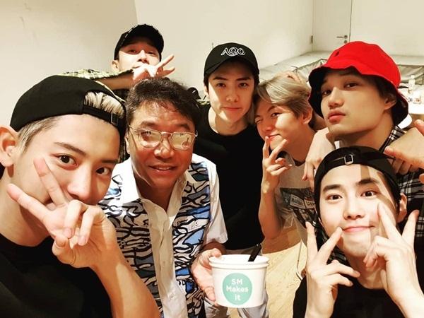 EXO khoe ảnh chụp cùng chủ tịch Lee Soo Man trong hậu trường.