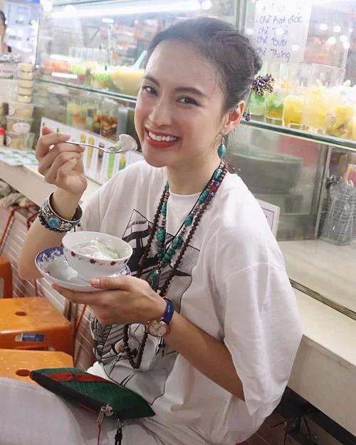 Angela Phương Trinh giản dị đi ăn chè.