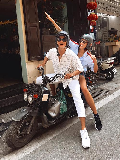 Võ Hoàng yến được học trò Tuấn Kiệt lái xe máy đưa đi chơi.