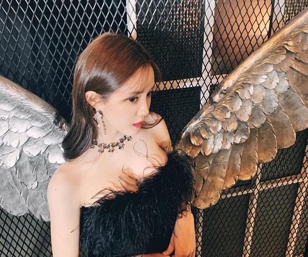 Hyo Min hóa thiên thần đen quyến rũ.