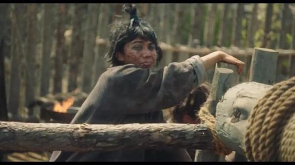 Cảnh phim có diễn viên quần chúng nóithoại bằng tiếng Việt.