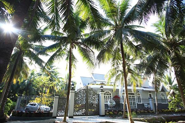 Biệt thự vườn nhà Đoàn Minh Tàinằm ở Bến Tre. Căn nhà có diện tích xây dựng 500 m2 và được bao phủ bởi rừng dừa xanh với diện tích 10.000 m2. Căn nhà có giá 7 tỷ đồngđược xây xong hồi tháng 1 sau hơn một năm thi công.