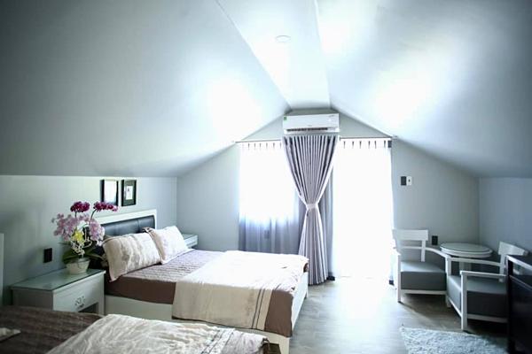 Phòng ngủ chính thiết kế hai gam màu trắng - kem bắt sáng. Tủ, gường thiết kế theo phong cách châu Âu.