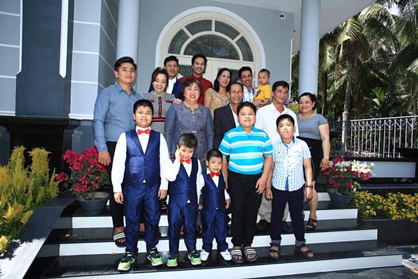 Đoàn Thanh Tài (áo đỏ) cùng gia đình trong biệt thự mới.