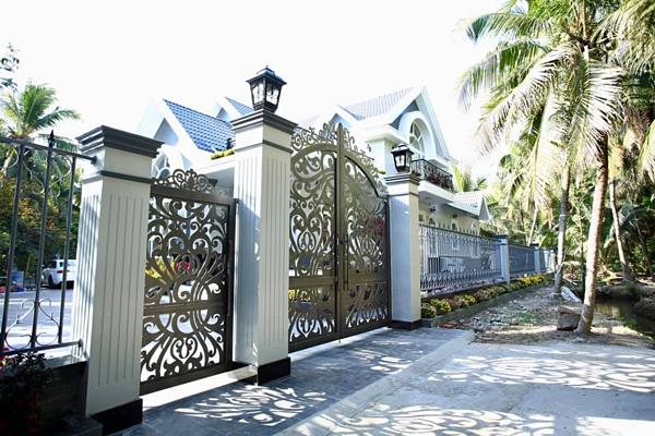 Đoàn Thanh Tài tiết lộ, đây là căn nhà anh xây tặng bố mẹ an dưỡng tuổi già. Từ cánh cổng cho đến những vật dụng trong nhà đều do anh tự tay lựa chọn.