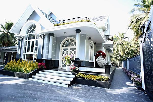 Ngôi nhà được thiết kế dựa trên ý tưởng từ các căn biệt thự châu Âu. Anh chọn xám trắng là gam màu chủ đạo cho căn nhà để phù hợp với nội thất và không quá lạc lõng với không gian vườn quê.