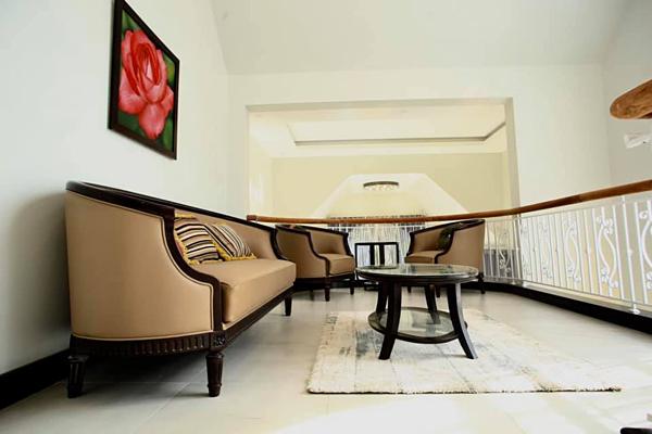 Tầng lửng với bộ bàn ghế nhỏ gọn.