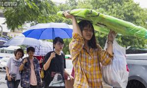 Sĩ tử lỉnh kỉnh đồ đạc, đội mưa thi năng khiếu vào đại học ở Hà Nội
