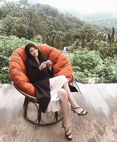 Jolie Nguyễn trốn nắng bằng chuyến đi nghỉ dưỡng giữa núi rừng.