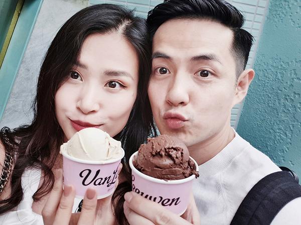 Đông Nhi - Ông Cao Thắng nhí nhảnh ăn kem ở New York.
