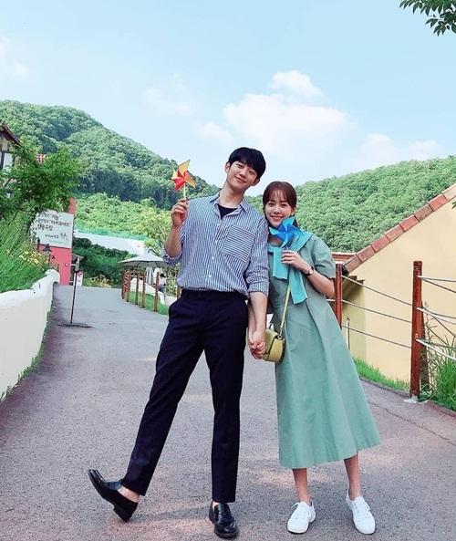 Jung Hae In và Han Ji Min tay trong tay ngọt ngào khi đóng One Spring Night.