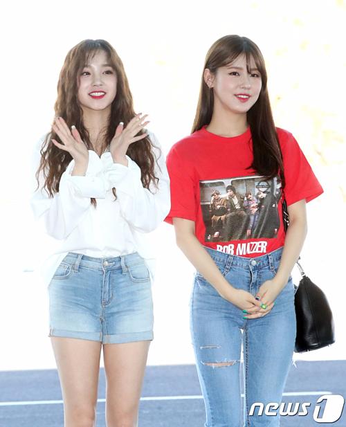 Nhờ chiếc quần có đường rách vừa phải, Mi Yeon (bên phải) của nhóm (G)I-DLE trông thời thượng, tinh tế.