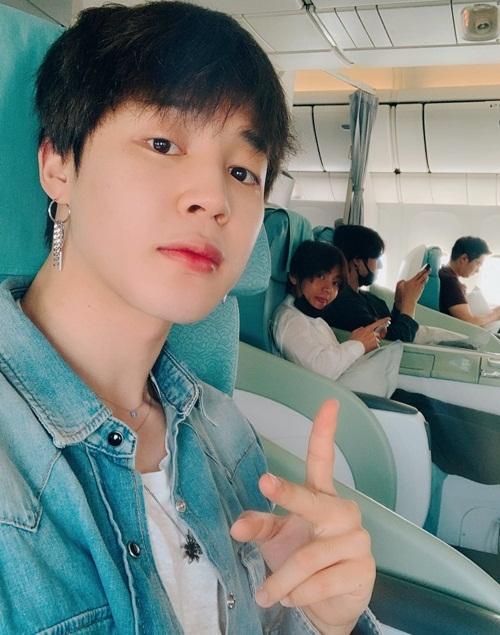 Ji Min chụp lén V và Jung Kook ở ghế bên cạnh trên máy bay. Anh chàng V đáp trả bằng biểu cảm le lưỡi cute.