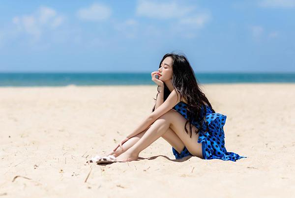 Jun Vũ khoe chân thon gợi cảm trên biển.