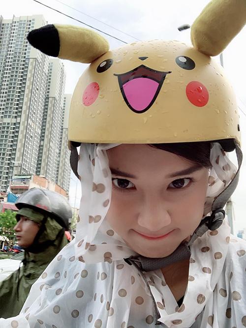 Trời mưa nhưng Hoàng Yến Chibi vẫn di chuyển bằng xe máy. Cô nàng còn khoe chiếc mũ bảo hiểm hình Pikachu rất đáng yêu.