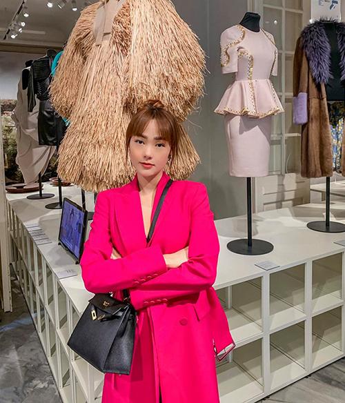 Minh Hằng đi du lịch mà diện đồ sang chảnh chẳng khác gì dự show thời trang.
