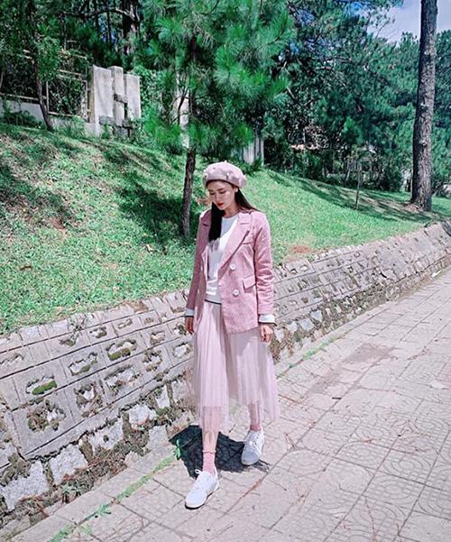 Trương Quỳnh Anh mặc cả cây hồng nhí nhảnh ở Đà Lạt.