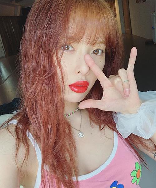 Trước đây, Hyuna vốn đã mê mệt cách trang điểm môi tều sexy. Cô nàng thường phải áp dụng lối tô son tràn viền để tạo cảm giác môi dày hơn.