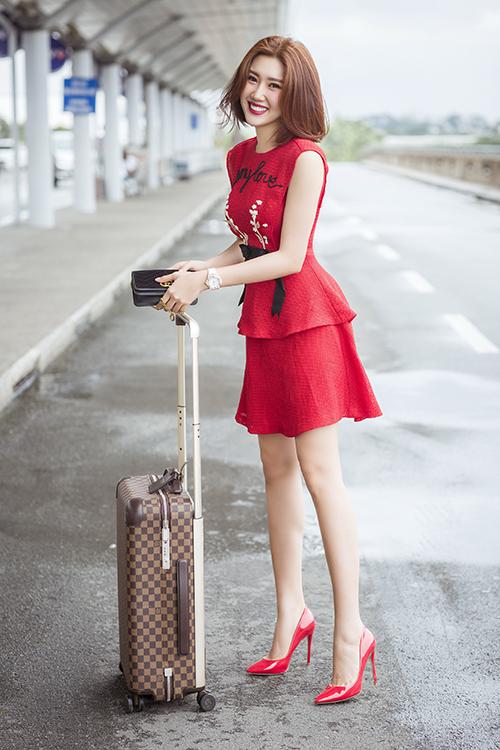 Đi kèm bộ trang phục rực rỡ tôn làn da trắng là bộ phụ kiện hàng hiệu gồm túi xách Gucci và vali Louis Vuitton.