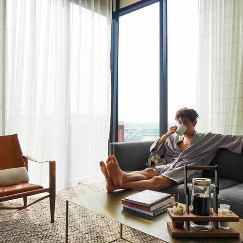 Eric Nam uống cà phê, tận hưởng quãng thời gian nghỉ ngơi trong căn nhà tiện nghi.