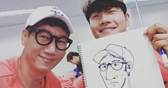 Kim Joong Kook trổ tài vẽ Ji Suk Jin (đeo kính) trong hậu trường. Cả hai là những thành viên lâu năm, được yêu mến của show Running Man.