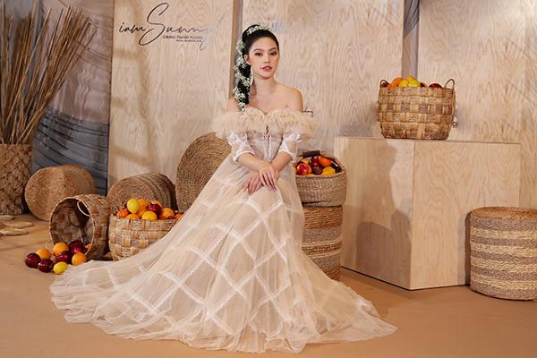 Jolie Nguyễn gây ấn tượng với mái tóc tết lệch một bên vai, điểm xuyết thêm dây cài tóc hoa xinh xắn.