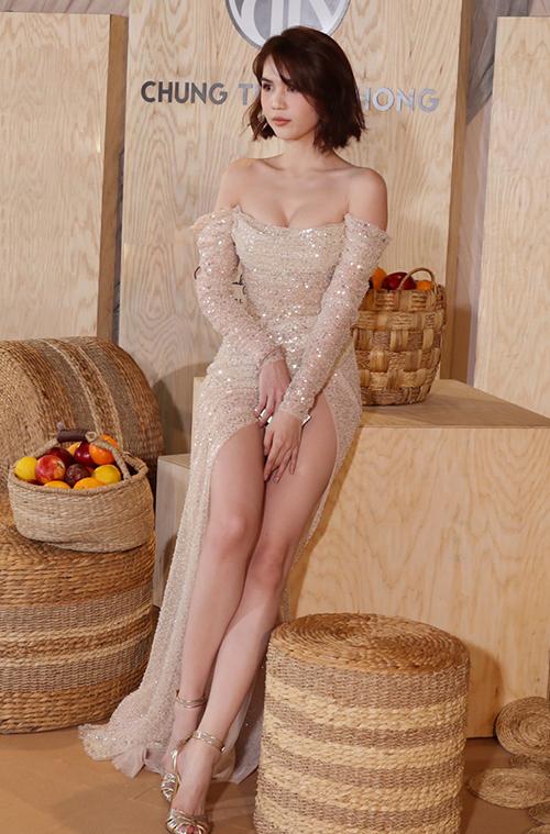 Đây là bộ cánh NTK Chung Thanh Phong thiết kế riêng cho Trinh nhằm tôn chân dài và vòng eo con kiến, cô chia sẻ.