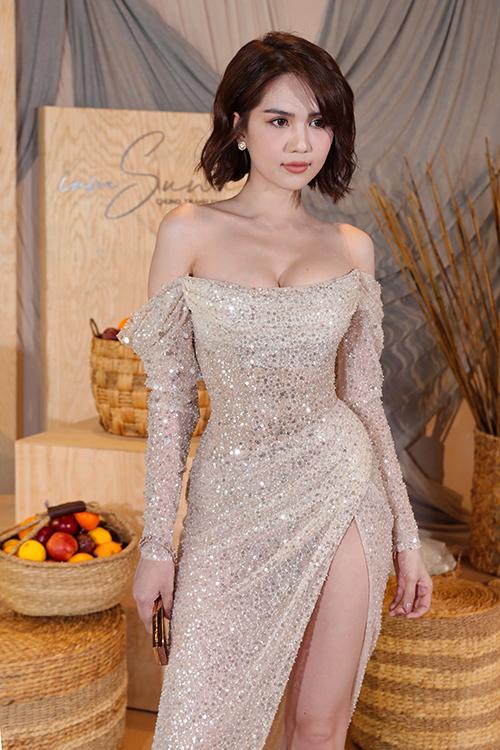 Các người đẹp đều chọn diện váy áo lả lướt tham dự buổi giới thiệu BST I am sunny' của NTK Chung Thanh Phong tối 6/7 tại TP HCM. Ngọc Trinh xuất hiện với hình ảnh gợi cảm tại thảm đỏ. Chiếc đầm dài đính sequin lấp lánh, xẻ tà cao giúp nữ hoàng nội y trở nên nổi bật.